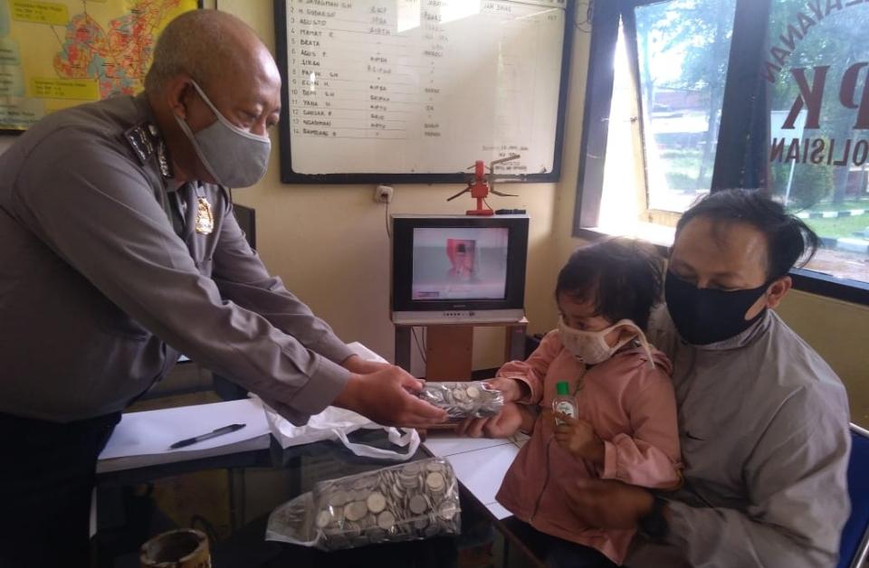 Rasendrya Sumbangkan 2 Kantong Plastik Uang Koin Untuk Penanganan dan Pencegahan Covid-19Ke Polsek Panyileukan