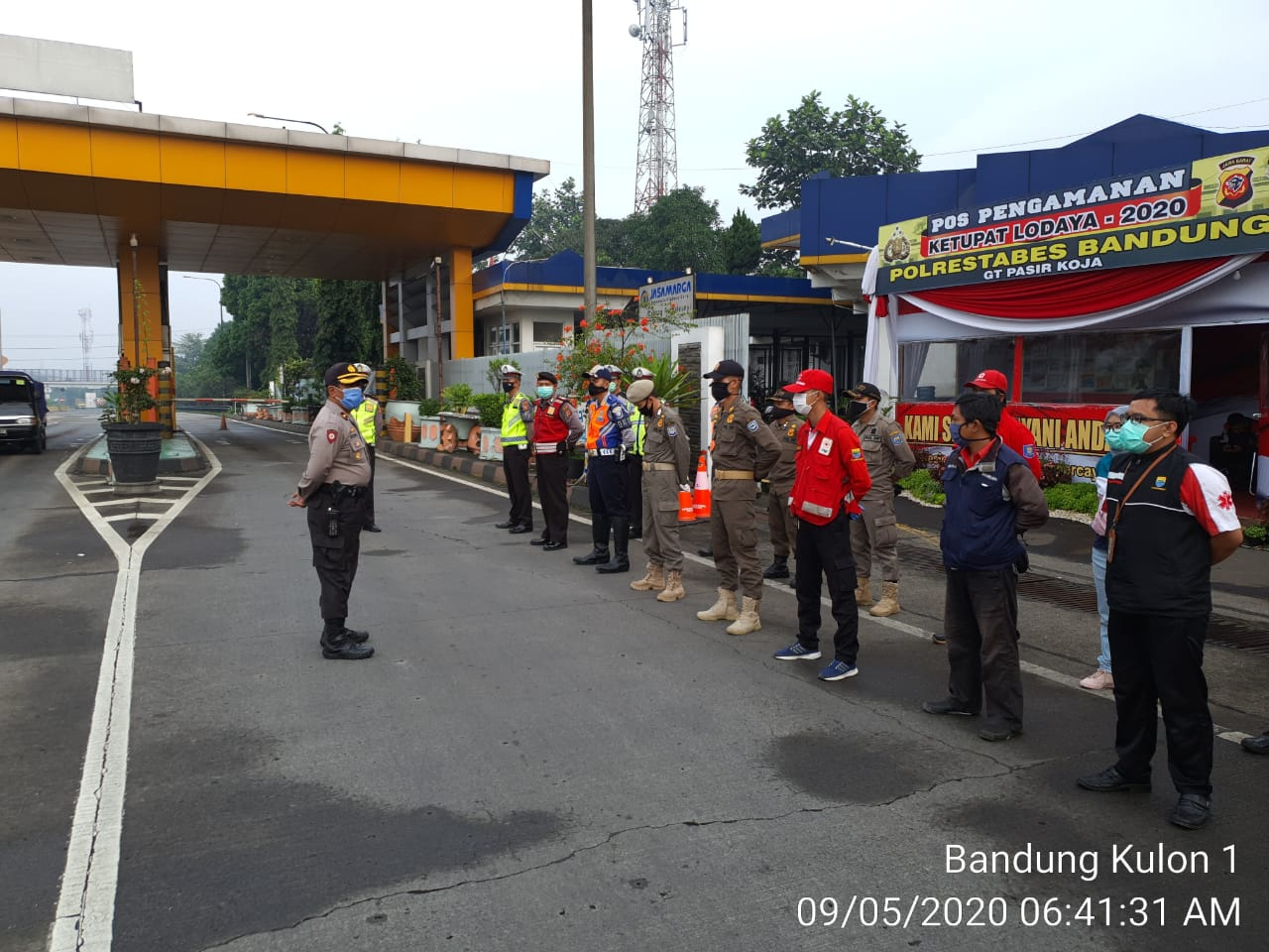 Apel Pagi Kegiatan Rutin Dalam Pelaksanaan Ops Aman Nusa II PSBB Tingkat Provinsi di Pos Pantau Gerbang Tol Pasir Koja