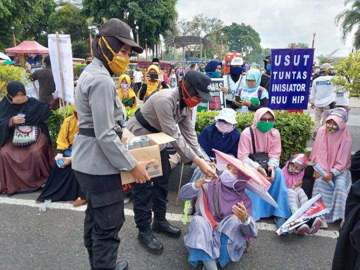 Aksi Bagi Air Mineral Polwan Polres Kebumen Kepada Peserta Demo