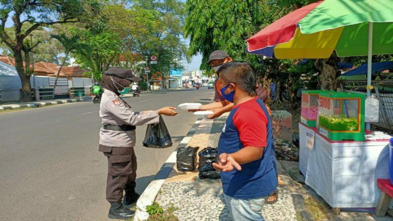 Dapur Sinergitas TNI Polri Bagikan Nasi Bungkus Kepada Tukang Becak, Sopir Angkot dan Ojol di Kab. Subang