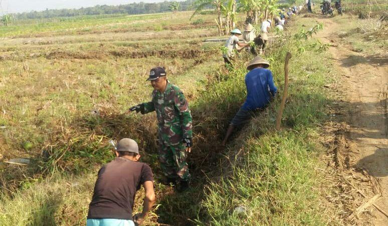 Dirgahayu TNI Ke 75, Posramil Bonorowo Ajak Warga Bersihkan Lingkungan