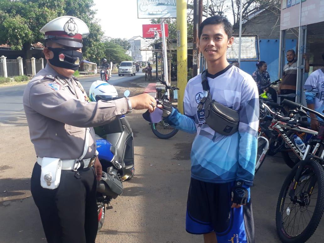 Sat Lantas Polres Subang Bagikan Masker Gratis dan Melaksanakan Pendisiplinan Prokes Covid-19 Terhadap Warga