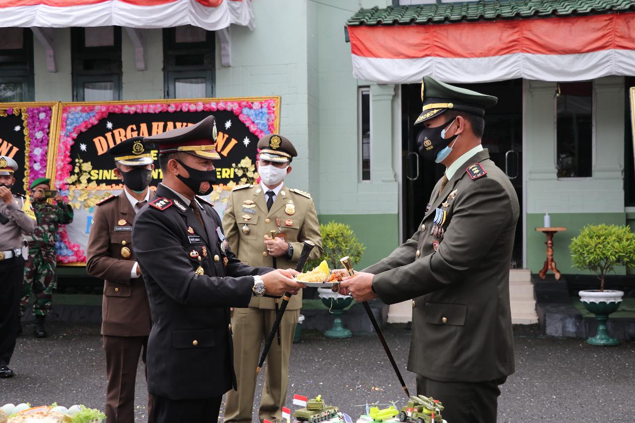 Romantis, Polres Kebumen Berikan Kado Kuwe Ultah kepada Kodim 0709 di HUT TNI ke 75