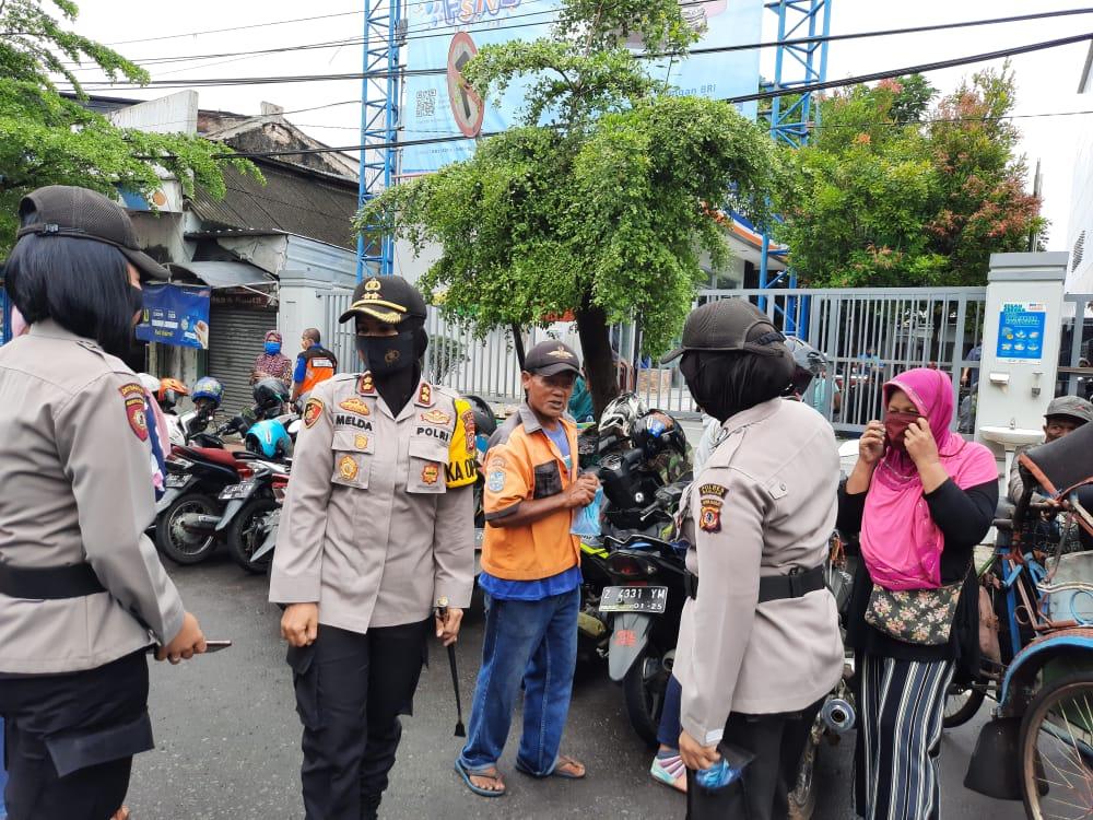 Kapolres Banjar Bersama Polwan Lakukan Imbauan Protokol Kesehatan kepada Nasabah Bank BRI
