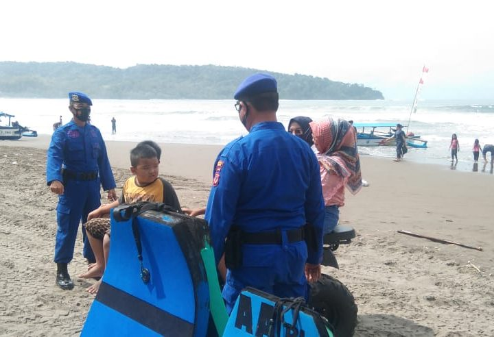 Sat Pol Air Polres Ciamis, Siaga Pengamanan Obyek Wisata Pangandaran Dengan Patuhi Rambu-Rambu Pantai dan Prokes