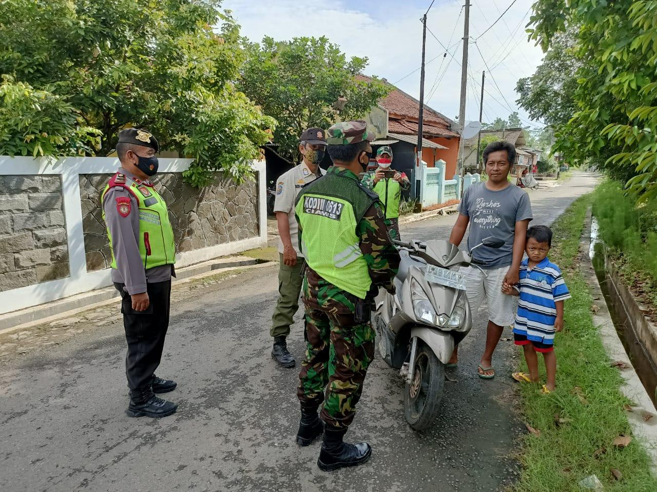 Zona Merah, Penegakan Prokes di Tengah Pemukiman Warga Oleh Petugas Covid