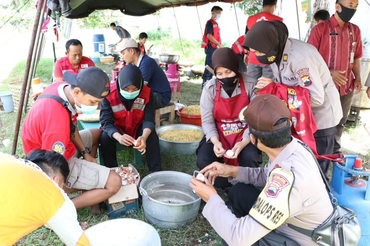 Ketika Polwan Polres Kebumen Memasak Siapkan Ribuan Nasi Bungkus untuk Warga