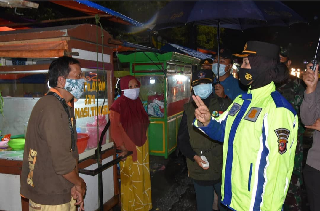 Sosialisasikan PSBB di Bawah Curah Hujan, Kapolres Banjar bersama Walikota Banjar Turun Langsung dalam Patroli Malam