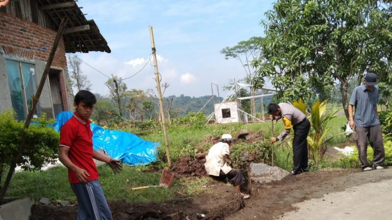 Wujudkan Lingkungan Bersih, Personel Polres Majalengka Polda Jabar Laksanakan Gotong Royong Bersama Warga.