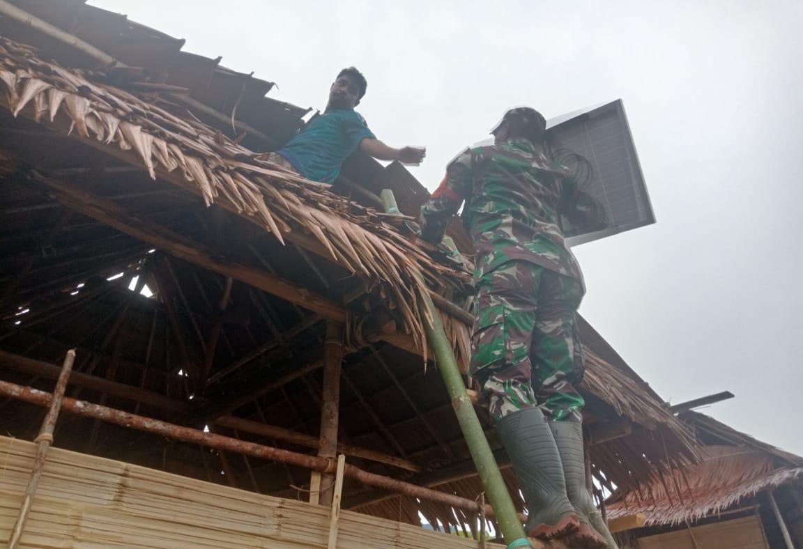 Tingkatkan Kesejahteraan Masyarakat, Koramil Tehoru Bantu Pemasangan PLTS