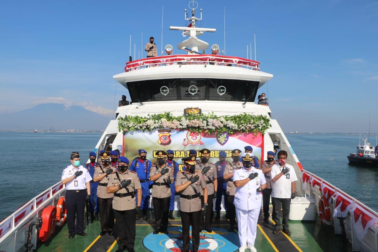 Dalam Rangka Memperingati Hari Bhayangkara ke 75 Kapolda Jabar Tabur Bunga di Wilkum Polres Cirebon Kota.